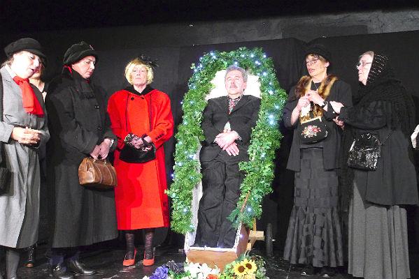 """Szenenbild aus der Aufführung """"Der Selbstmörder"""" im Theas-Theater Bergisch Gladbach"""