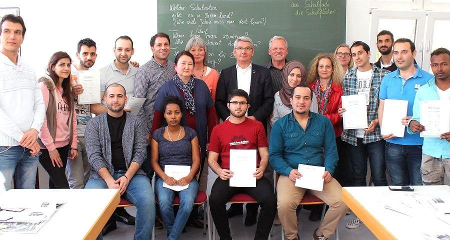 Die erfolgreichen Teilnehmer es Sprachkurses mit den Lehrkräften der VHS und Bürgermeister Lutz Urbach