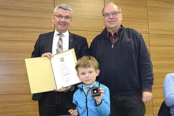 Bürgermeister Lutz Urbach überreicht die Ehrennadel an Winfried Krux