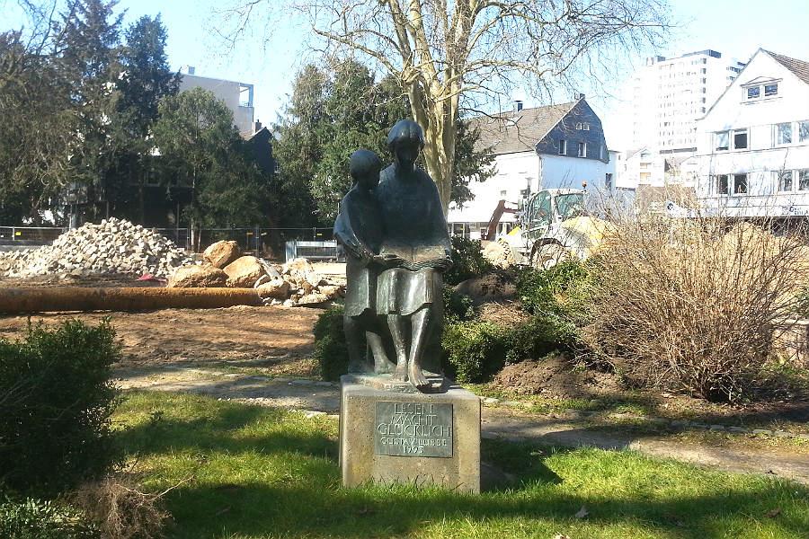 Die Lesenden: eine Bronzestatue an der Stadtbücherei Bergisch Gladbach, gestiftet von der Familie Zanders