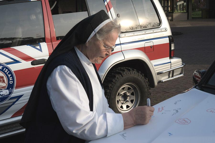 In Bethanien verewigen sich Kinder und Nonnen auf den Rallye-Fahrzeugen