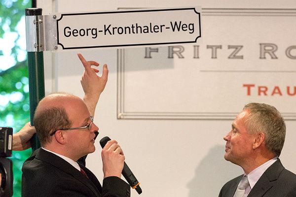 David Roth präsentiert Georg Kronthaler einen Teil des zum ersten Mal vergebenen Medienpreises
