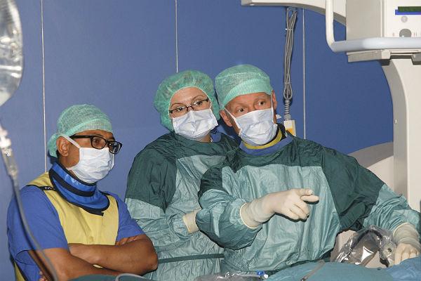 Dr. Shashinda Bhuju und MKH-Chefurologe Stefan Machtens im OP