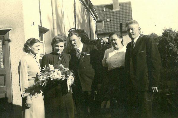 "Familie Vollmann (v.r.n.l.): Charly Vollmann, seine Frau Adele, sein Sohn Karl August Peter Paul ""Charly"" dessen Frau Hilde(gard) und deren Mutter ""Oma"" Feske"