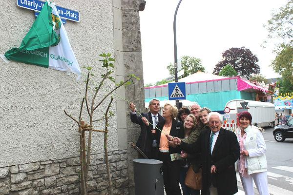 """Das Straßenschild """"Charly Vollmann-Platz"""" wird enthüllt. Bergisch Gladbach"""