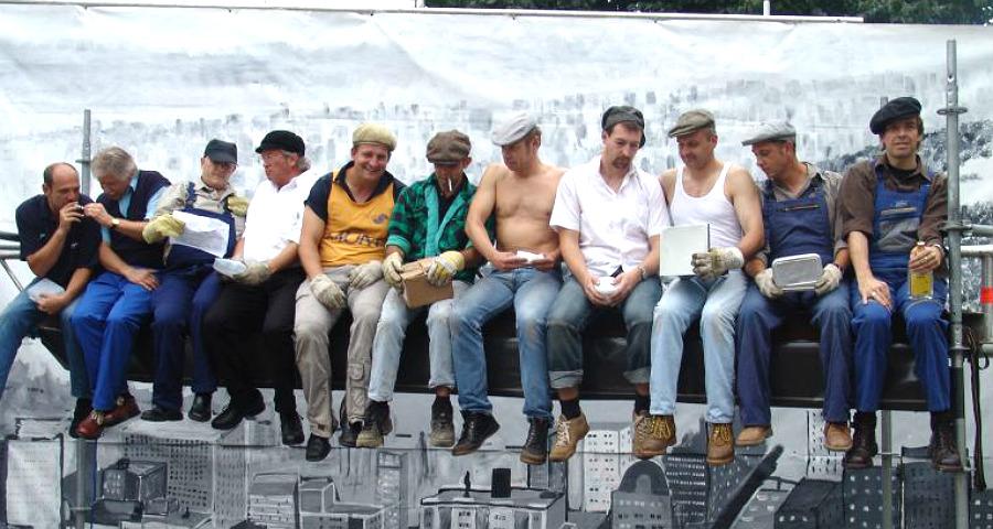 Beim Stadtfest 2005 stellen die JUC-Mitglieder das berühmte Skyscraper auf dem Konrad-Adenauer-Platz nach