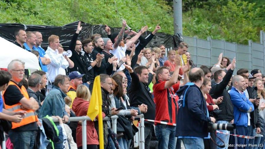So feierten die Herkenrather Fans den Sieg ihrer Reserve auf dem Platz. Später kam es zu einer häßlichen