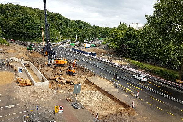 Die Baustelle an der Schnabelsmühle lässt hier wenig Platz für Fußgängerweg am Zanders-Gelände