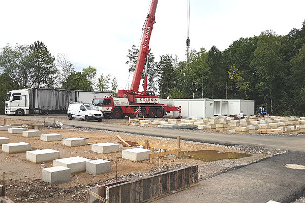 In Lückerath wird die neue Containerunterkunft aufgebaut