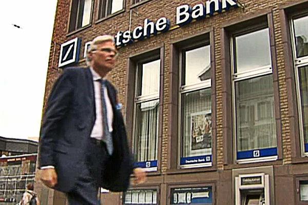 Ein Bankräuber der besonderen Art: Kämmerer Jürgen Mumdey verdient für die Stadt Geld, wenn er Schulden macht. Die Deutsche Bank macht dabei allerdings nicht mit. Foto: Screenshot PlusMinus