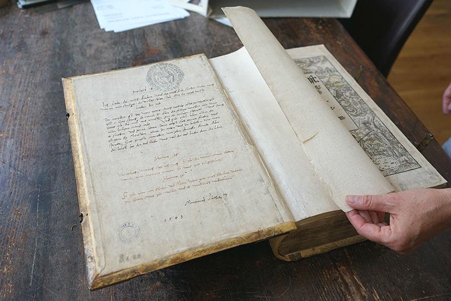 Eine Bibel mit einer handschriftlichen Einleitung von Martin Luther aus der Marienbibliothek zu Halle soll in Bergisch Gladbach Gnadenkirche ausgestellt werden