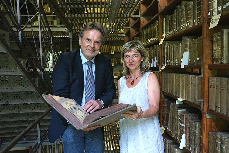 Pfarrer Thomas Werner und die Leiterin der Marienbibliothek Halle, Anke Fiebiger