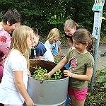 Obstbäume, Misthaufen und Gemüse auf dem Spielplatz