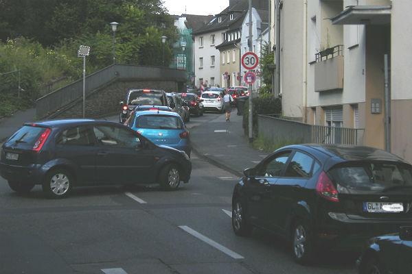 Am Nachmittag auf der Laurentiusstraße, links die Ausfahrt aus dem MKH-Parkhaus. Hier gibt es zeitweise nur quälend langsam voran