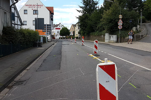 Die Ursache des Ungemachs: Das Megaprojekt Strunde hoch 4 schreitet auf der Odenthaler Straße voran. Ein Fahrstreifen wurde gesperrt, der Verkehr rollt nur noch stadtauswärts