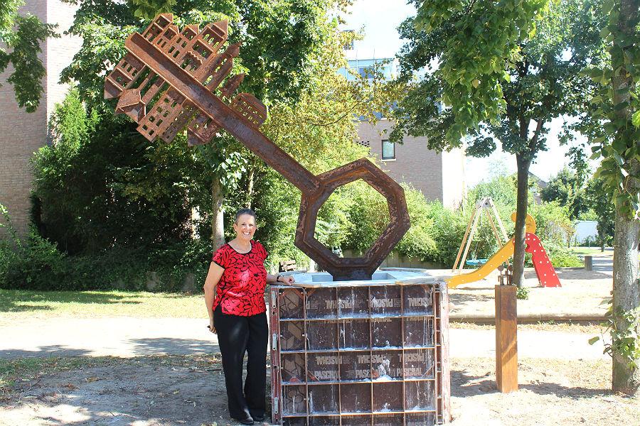 """Orna Ben-Ami mit dem """"Schlüssel der Freundschaft"""" am Ganey-Tikva-Platz in Hebborn"""