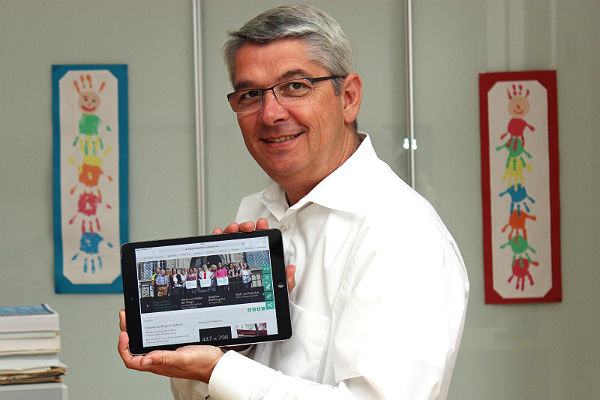 Lutz Urbach präsentiert den neuen Internetauftritt der Stadt Bergisch Gladbach