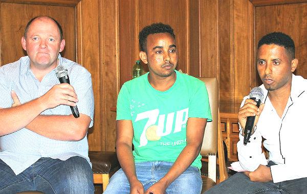 Die beiden eritreischen Sportler Andemariam Gebregerges und Ferej Bekit erzählten – mit Unterstützung von Thomas Kerckhoff – von ihrer Teilnahme beim Refrather Kirschblütenlauf