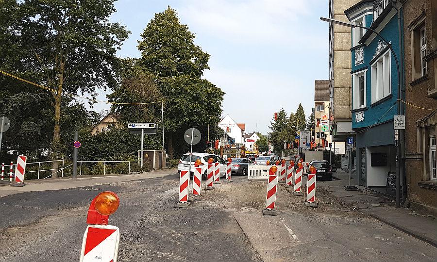 Auf der Odenthaler Straße vor dem Kieser-Gebäude bleibt es eng