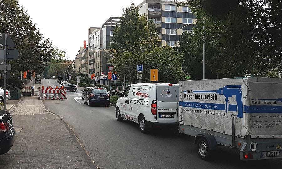 Von der Laurentiusstraße in den Broich: hier staut sich der Verkehr zurück; die Ampel vor der Schule verursacht aber keine zusätzlichen Probleme