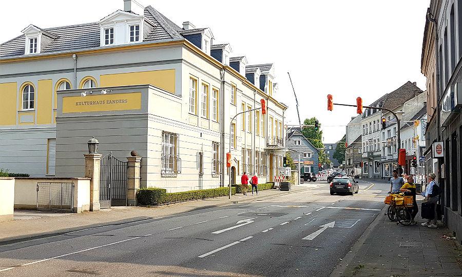 Vor dem Kulturhaus Zanders fließt der Verkehr wieder.