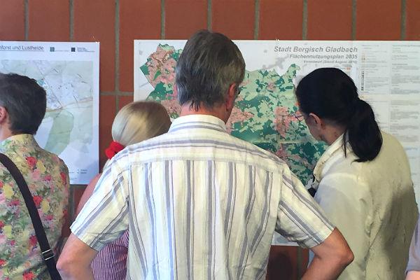 Zum Beginn der Bürgerbeteiligung informierten die Stadtplaner im Bergischen Löwen
