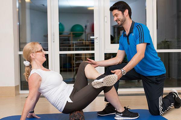 Trainer Daniel Przybilla zusammen mit Frauke Kulike beim Training der Faszien