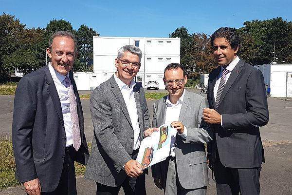 Richard Northcote, Lutz Urbach, Renaud Sassi und Pejman Norastehfar vor der Unterkunft in Paffrath