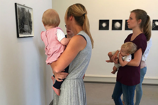 Mutter und Kind vor Bilder