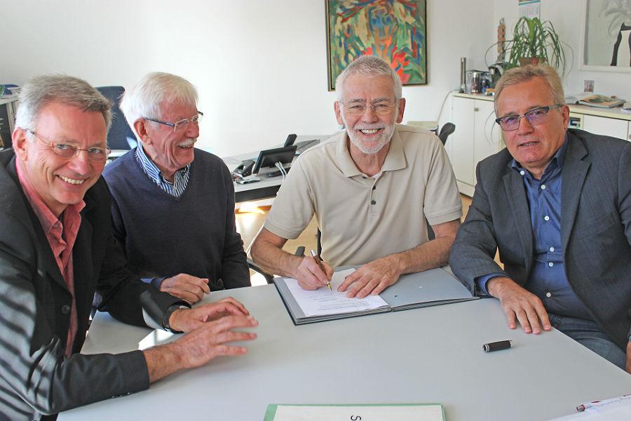 Dettlef Rockenberg, Werner Ludwig, Heribert Joerißen, Bernd Martmann bei der Vertragsunterzeichnung für das Schulmuseum Katterbach in Bergisch Gladbach