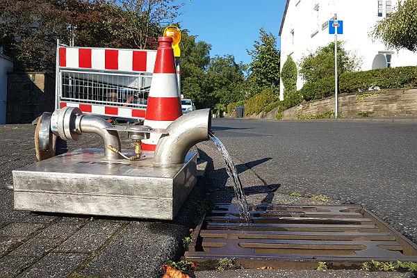 Unter anderem Am Reiferbusch werden die Leitungen gespült; seit Tagen fließt das Wasser über die Straßen des Marienbergs