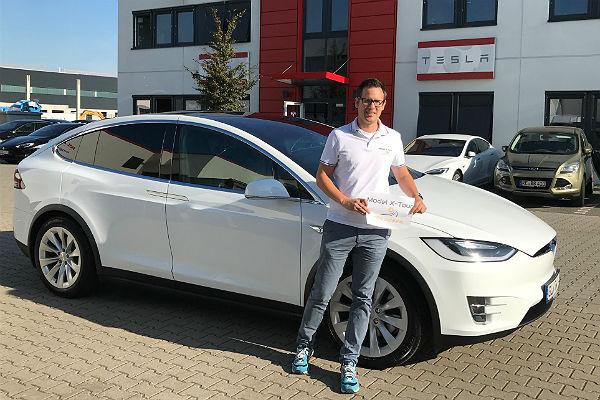 Ron Woydowski mit seinem Tesla Model-X