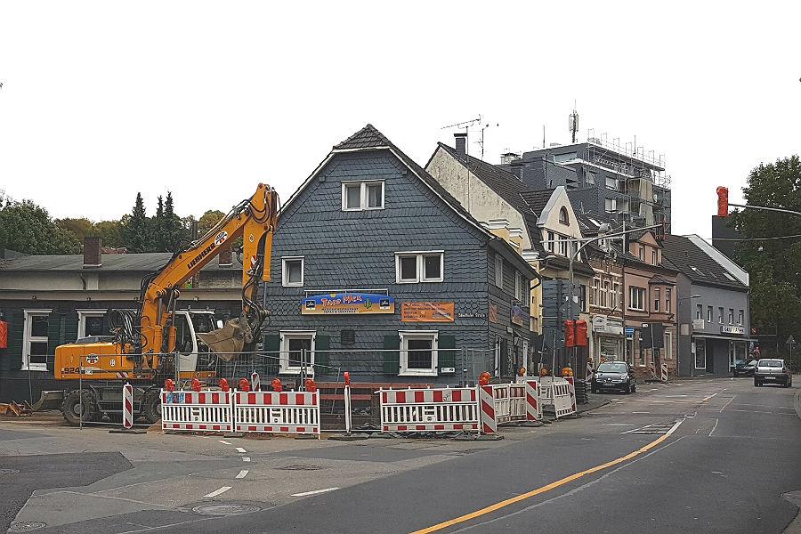 Vor dem Waatsack wird noch gebaut, dann ist die Odenthaler Straße weitgehend fertig.