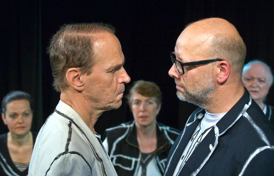 """Szenenbild aus dem Stück """"Das Bild vom Feind"""" der Berliner Comagnie"""