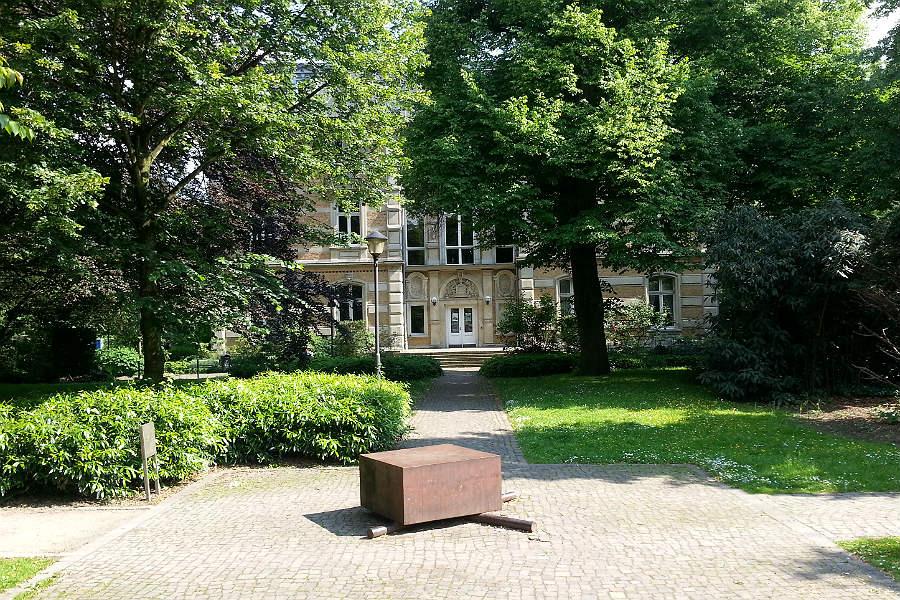 Das Holocaust-Denkmal vor dem Kunstmuseum Villa Zanders
