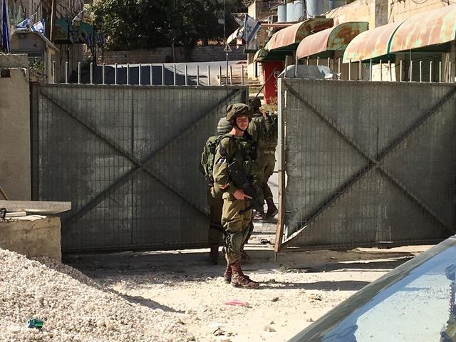 Junger Israelischer Soldat bewacht den Zugang zur Siedler-Straße