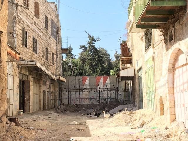 Diese Mauer teilt Hebron. Hier Palästinenser, dort Siedler.