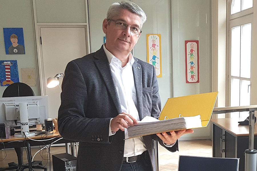 Bürgermeister Lutz Urbach nimmt 3400 Unterschriften aus Schildgen und Katterbach entgegen