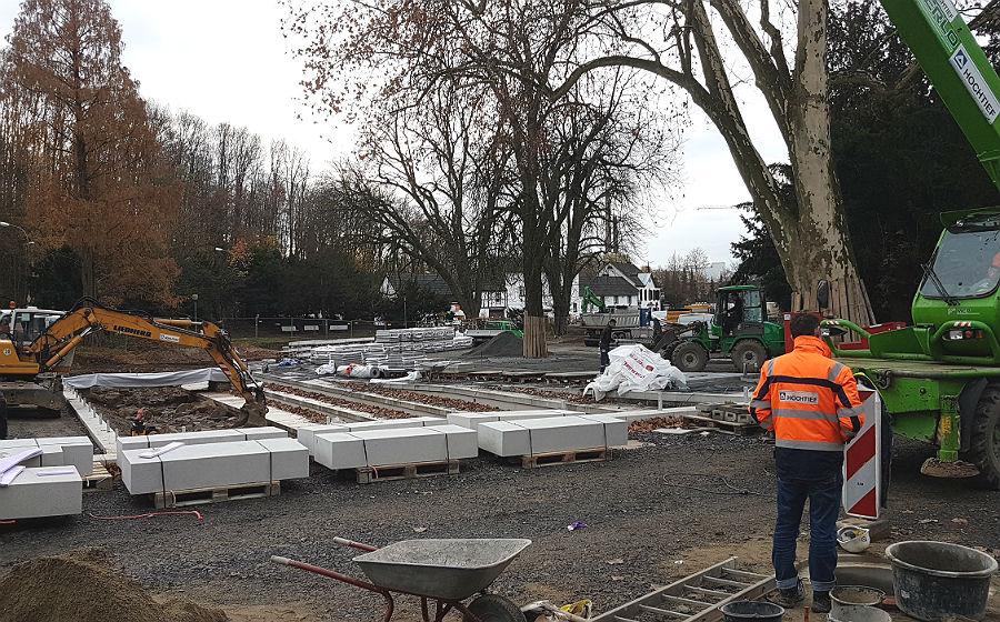 Der Forumpark nimmt Gestalt an. Links die offene Strunde, rechts wird gepflastert