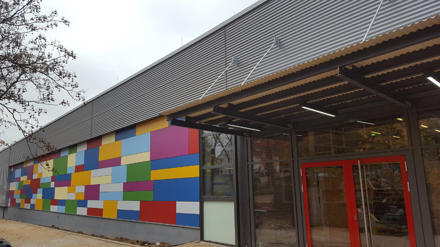 Sporthalle mit sanierter Fassade