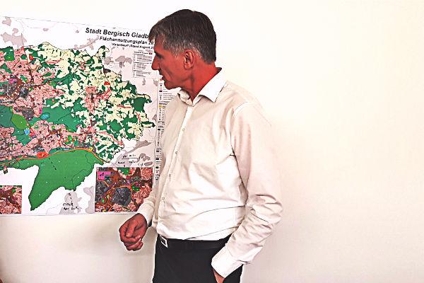 Baurat Harald Flügge mit dem Vorentwurf für den Flächennutzungsplan
