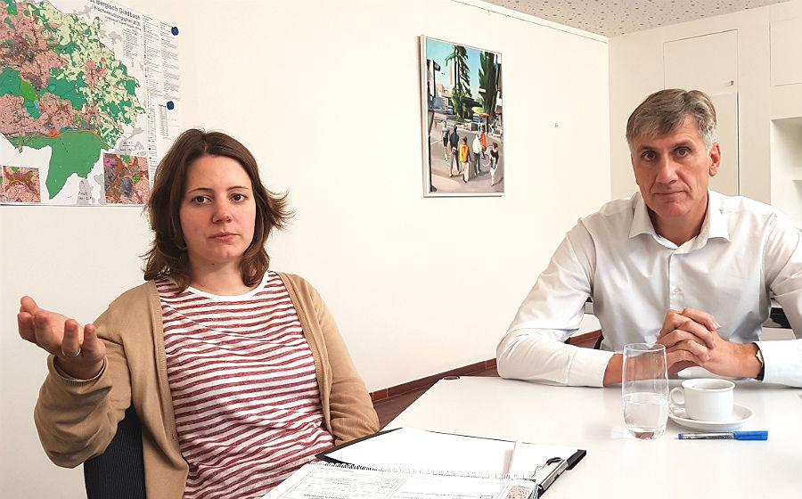 Stadtplanerin Wibke Krause und Baurat Flügge erläutern das rechtlich vorgesehene Verfahren detailliert