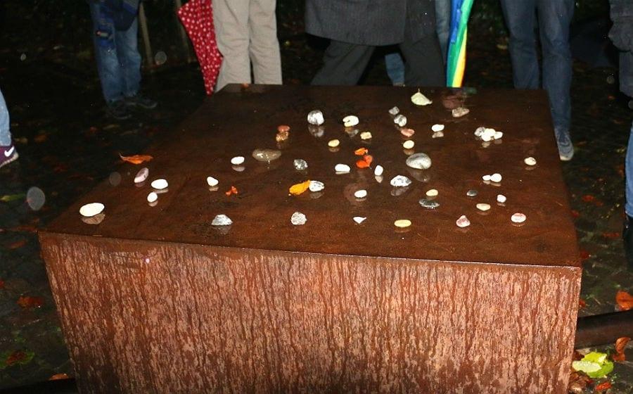 Zum Abschluss legten Teilnehmer Steine auf das Holocaust-Mahnmal im Park der Villa Zanders
