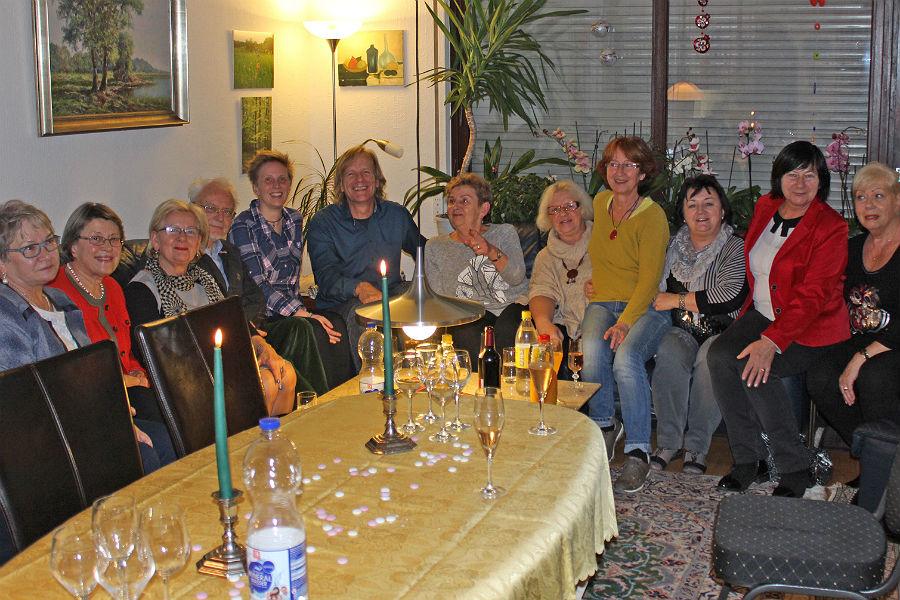 Abschlusstreffen im Wohnzimmer von AK-Mitglied Gudrun Wildner (ganz rechts)