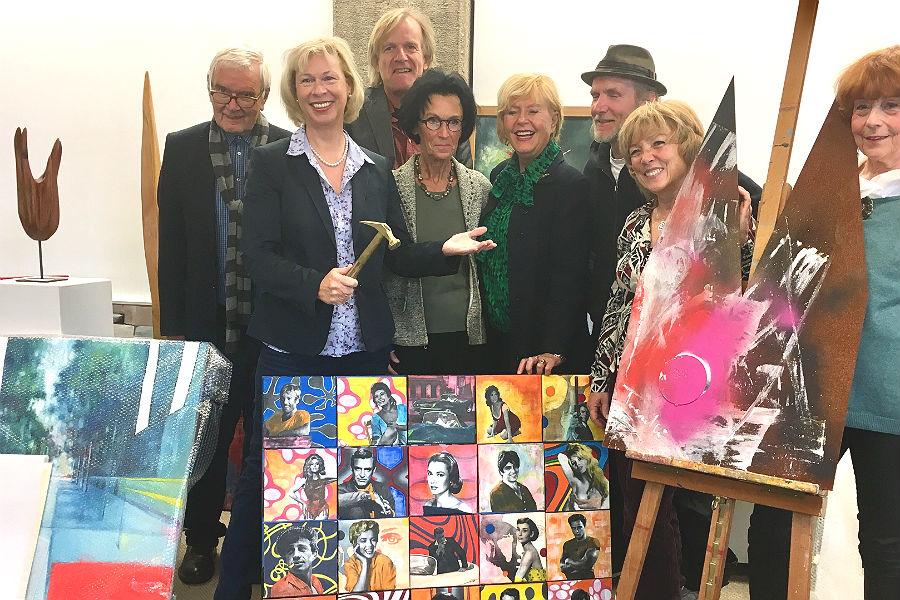 Gert Koshofer (Mitorganisator), Doro Dietsch (Auktionatorin), Martin Rölen (Pressebüro Stadt), Carmen Reichel (Mitorganisatorin), Ingrid Koshofer (Schirmherrin), Ulla Forster (Kreativitätsschule) und Barbara Stewen (Künstlerin), v.l.n.r.