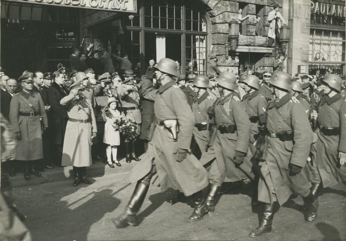 Rheinlandbesetzung, Köln 7. März 1936. Soldaten beim Vorbeimarsch vor dem Hotel Exelsior, 7. März 1936. Fotograf: Julius Radermacher. NS-DOK Köln, Sammlung Ewald (Bp 7343).
