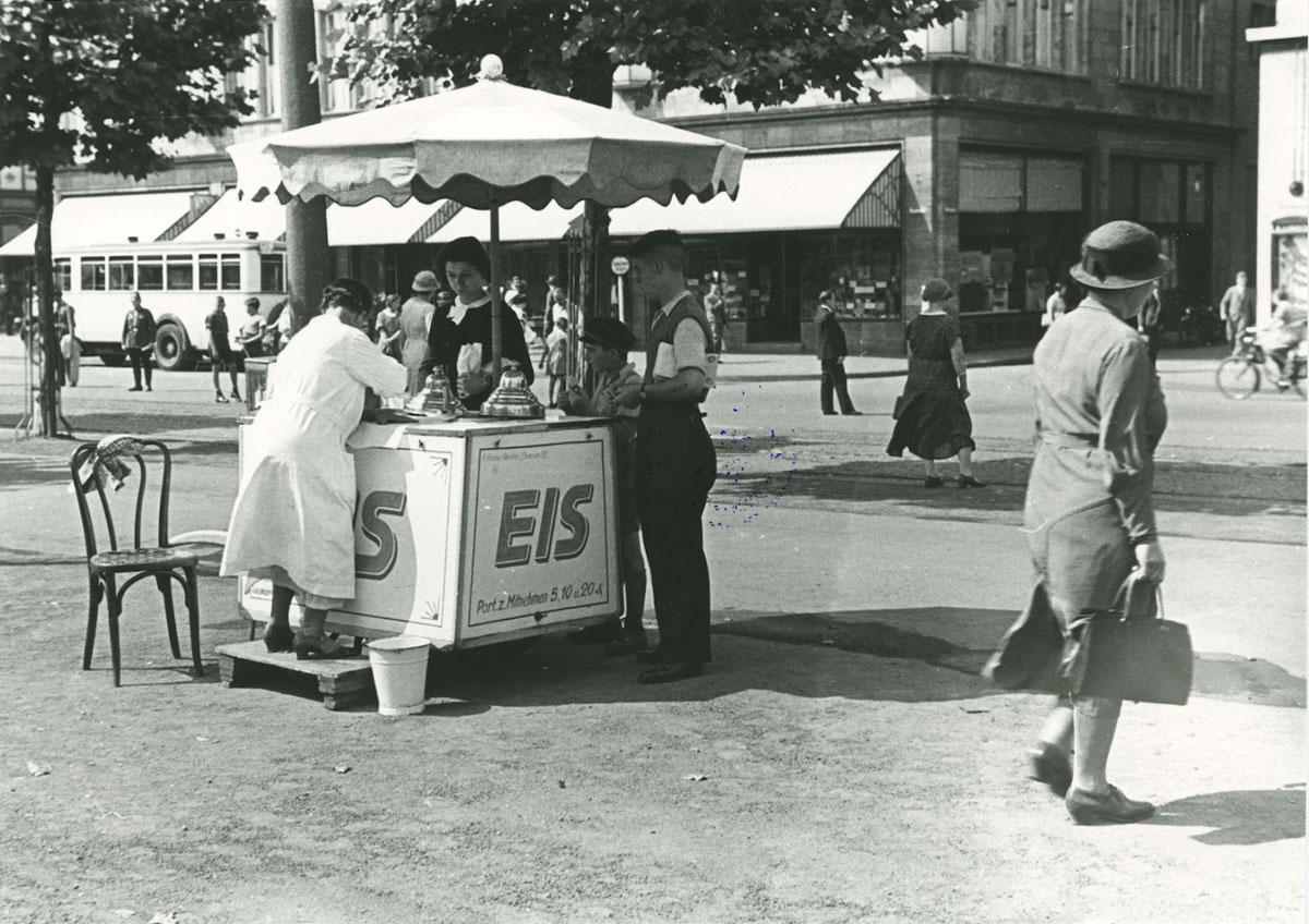 Eisverkäufer mit Stand auf dem Neumarkt, 1934/35. Foto: Josef Neufeind