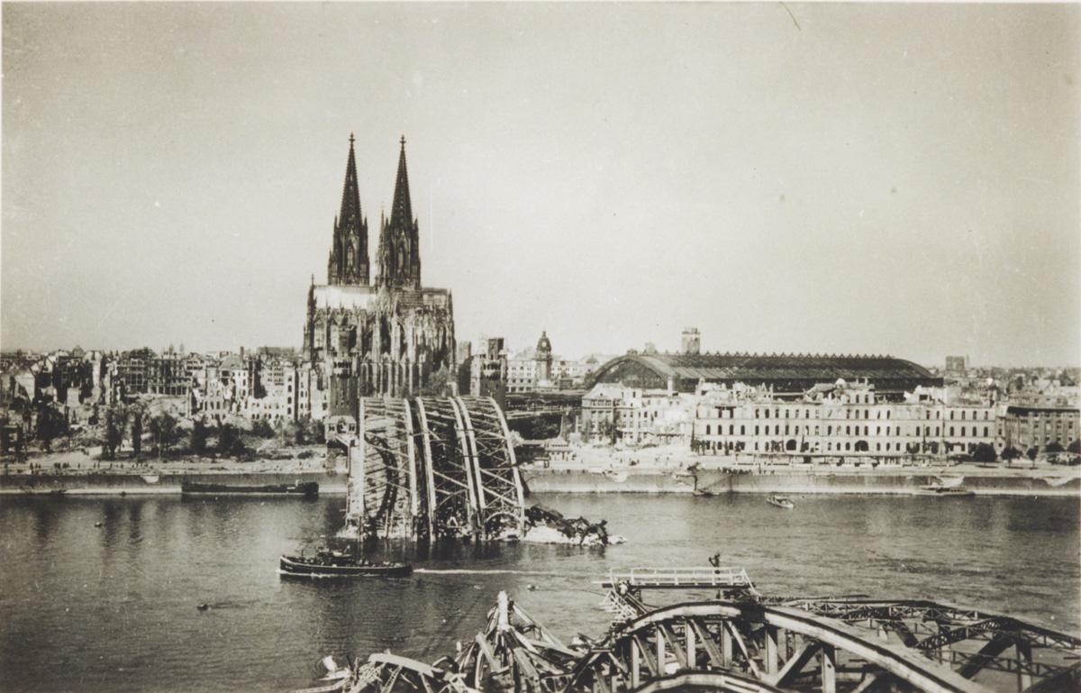 Zerstörte Hohenzollernbrücke mit dem Dom, undatiert. Foto: unbekannt. NS-DOK Köln (Bp 40113)