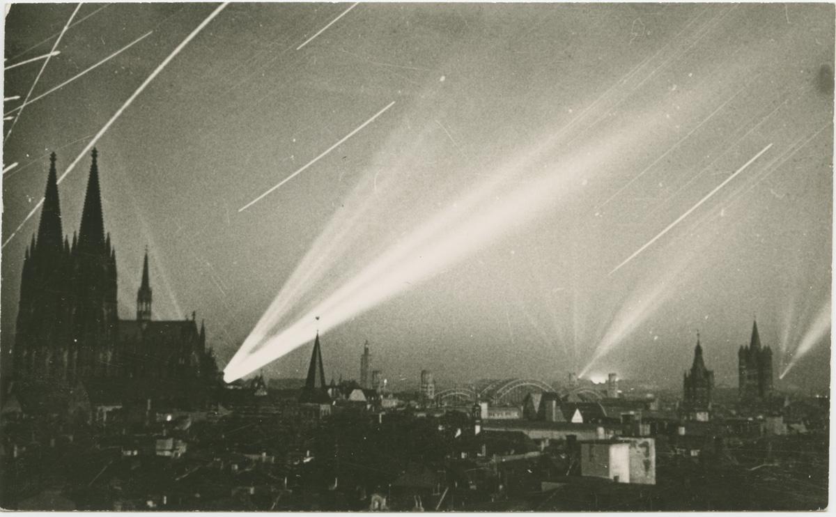 Luftkrieg: Köln bei Nacht, Scheinwerfer und Flakfeuer, undatiert. Fotograf: unbekannt. NS-DOK Köln, Sammlung Ewald (Bp 7602)