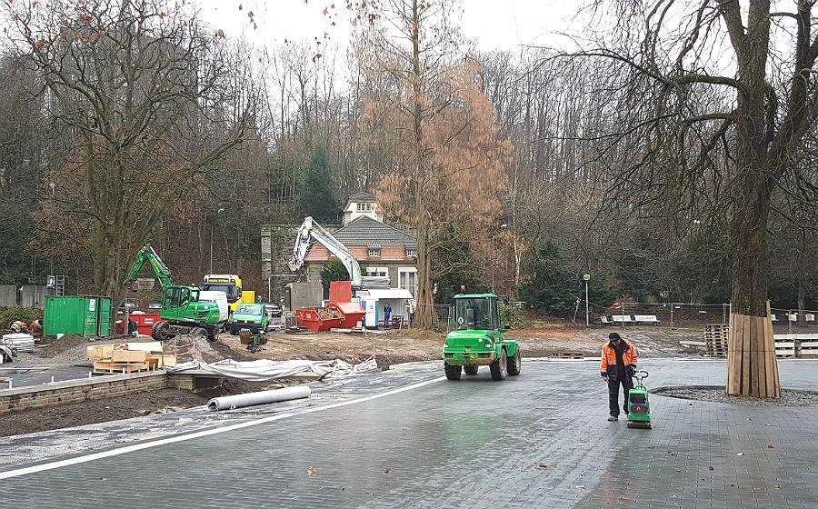 Der Forumpark ist geplastert, im Hintergrund ist die neue Baustelle an der Schnabelsmühle zu erkennen.